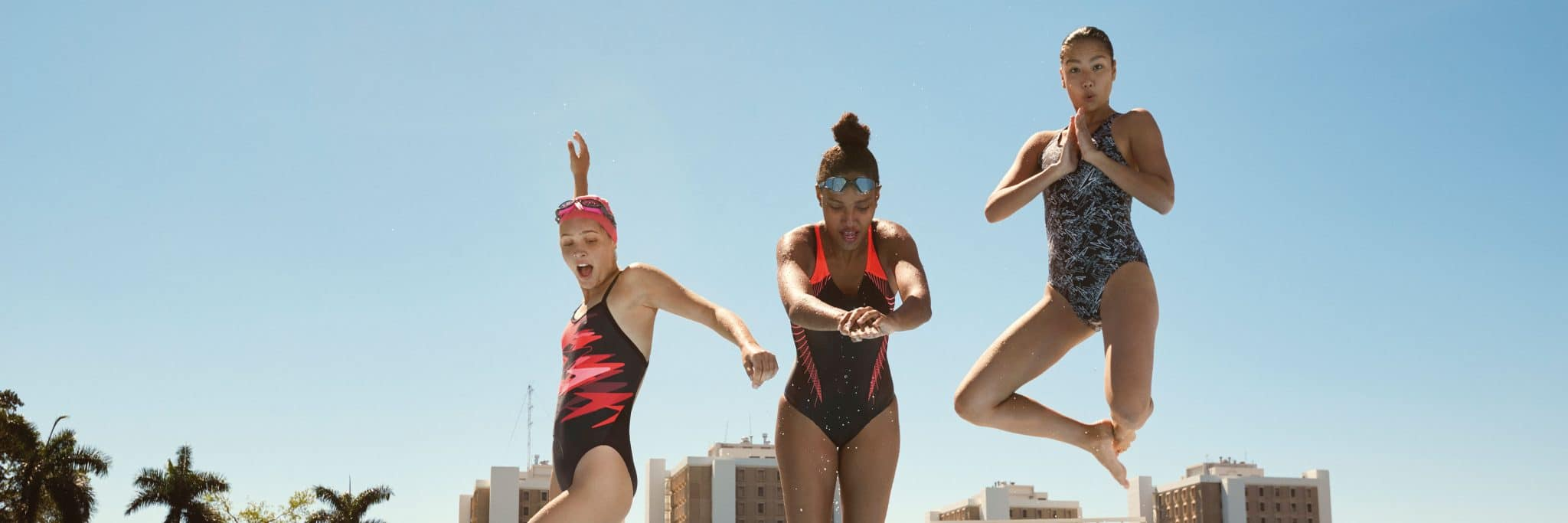 Il y trois jeunes femmes qui s'apprêtent à sauter dans une piscine avec leurs lunettes et maillots de bain de la marque Anglaise Speedo, pour son catalogue et pocket guide. Support réalisé par l'agence de communication et marketing Siouxe, à Paris