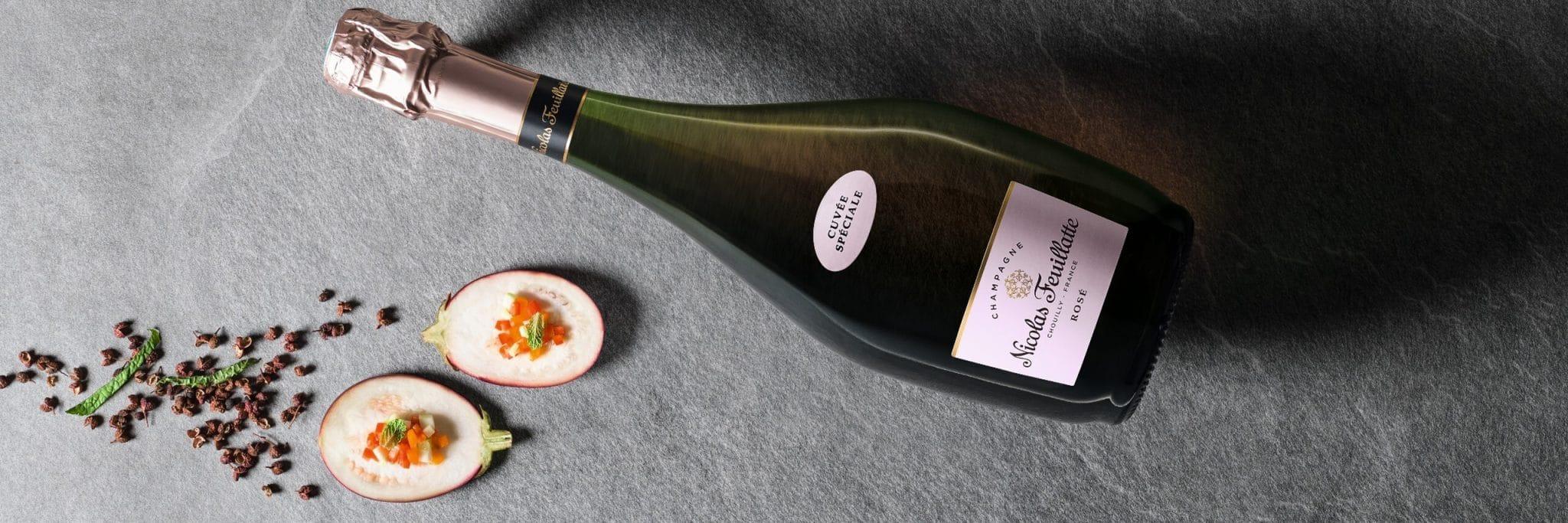 Il y a une bouteille de la marque de champagne Nicolas Feuillatte avec des légumes. Photo de présentation de la page du Kit activation champagne Nicolas Feuillatte et le Cirque du soleil. Support réalisé par l'agence de communication 360 Siouxe, à Paris.